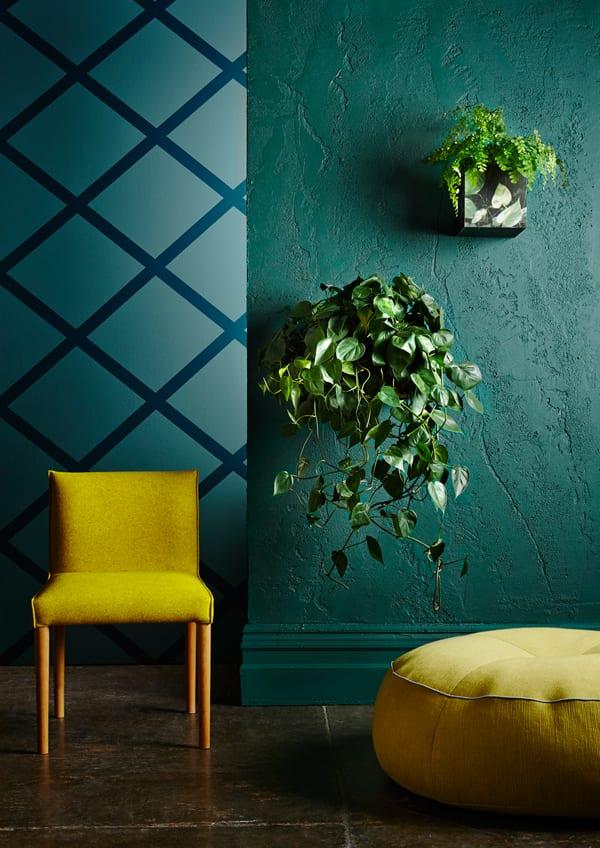 moderne Wandgestaltung - grüne wand- blaue wand- gelber stuhl