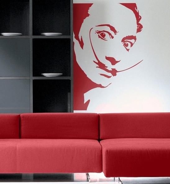 wand streich idee - rote couch-schwarzer wandregal-dali bild