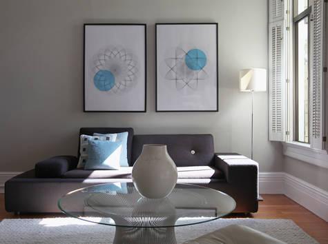 Farbgestaltung Wohnzimmer- Sofa grau- teppich weiß- blaukissen