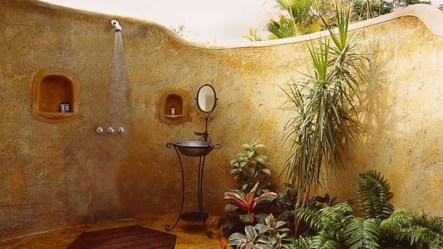 outdoor dusche im garten mit bepflanzung und metallwaschbecken