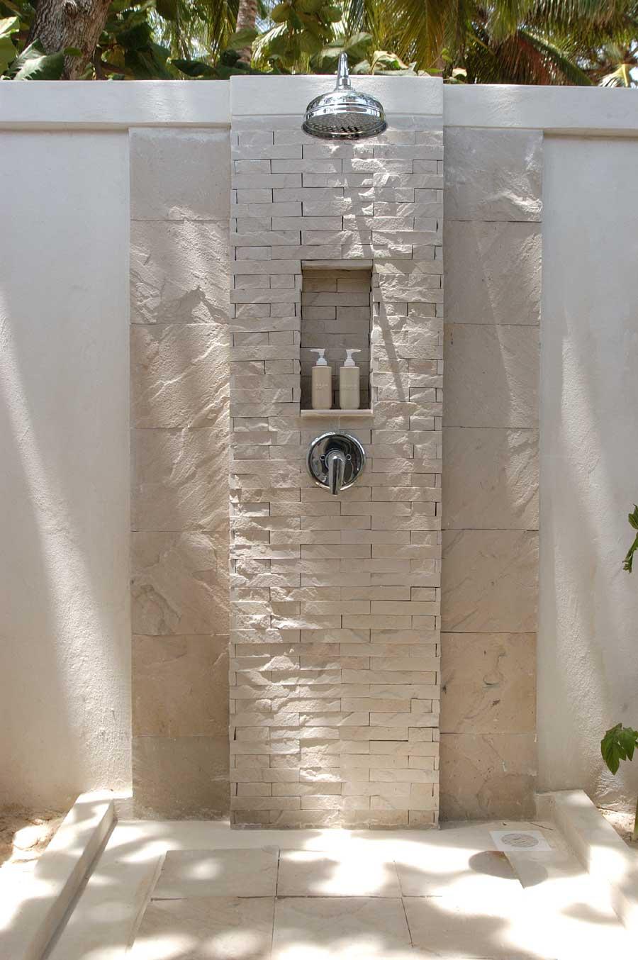 gartengestaltung mit weißer gartenwand und duschbereich mit naturstein