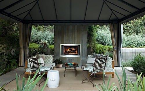 Terrasse Einrichten mit Zeltüberdachung und Gardinen-Gartenmöbel aus Holz und Metall-
