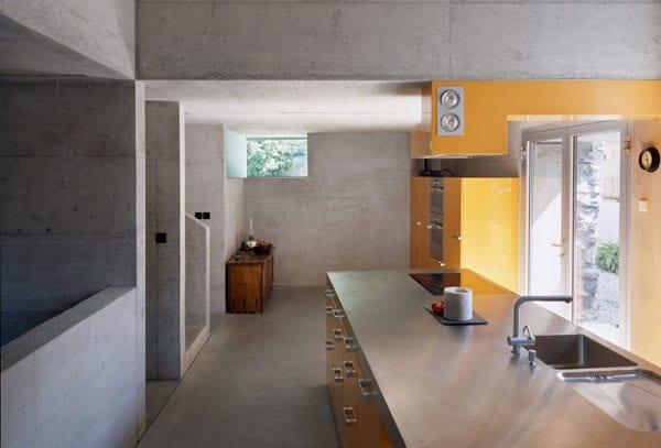 haus mit sichtbetondecke und sichtbetonwänden - gelbe küche