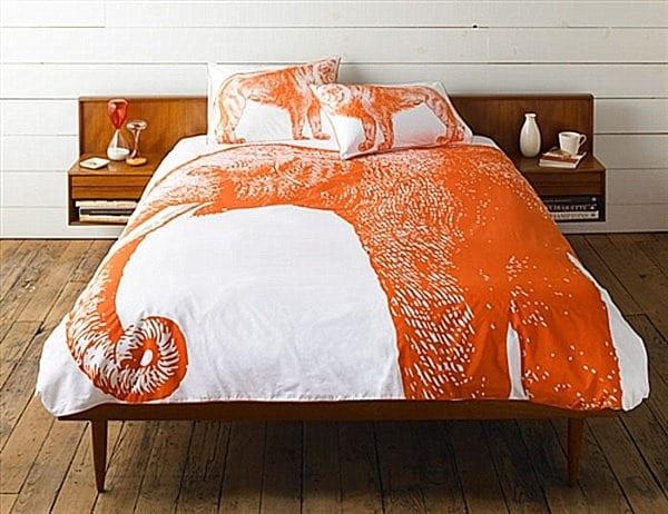 einrichten schlafzimmer - holzboden- holz nachttischen - bettwäsche orange