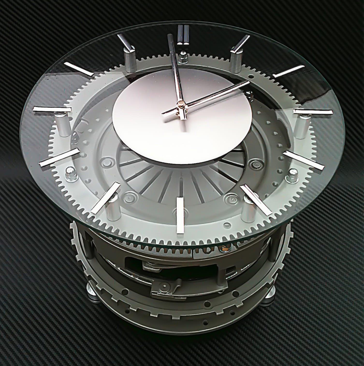 moderner Uhr-Tisch aus Recicling Autoteilen