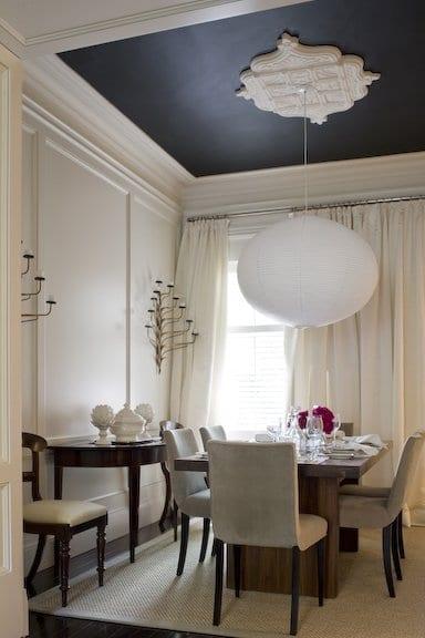 modernes esszimmer einrichten in weuß mit schwarzer decke und weiße Kugelpendelleuchte-Holzesstisch mit Polsterstühlen- wandkerzenhalter-gardinen weiß