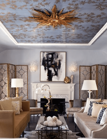 Wohnzimmer einrichten mit blauen wänden und bodenbelag in schwarz-wandschirme mit goldrahmen-polstersofas in beige mit Kissen