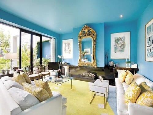 blaue wände und blaue decke-teppich gelb-weiße sofas mit gelben kissen-wandgestaltung