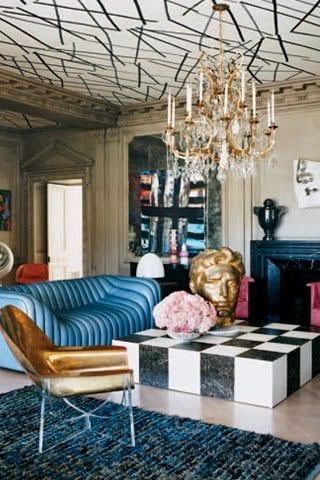 wohnzimmer gestalten mit blauem sofa und quadratischem couchtisch in schwarz und weiß- wohnzimmer kamin in schwarz