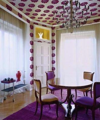 Wohnzimmer einrichten mit wandtapeten und deckentapete- tepich violett-parkettboden