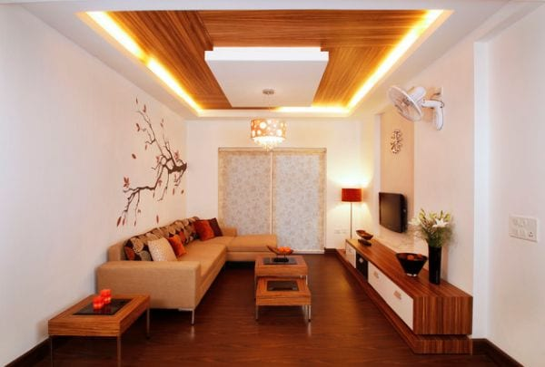 modernes wohnzimmer einrichten mit holzmöbeln und weißen wänden- wandtattoo baum-abgehängte decke-moderne couchtisch aus holz