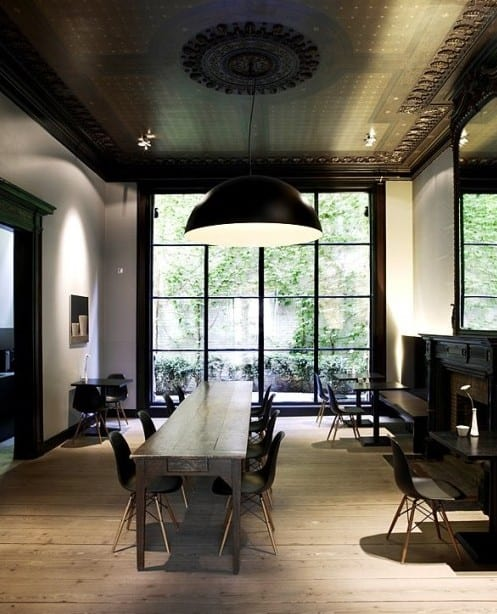 modernes interior design in weiß und schwarz mit holzboden