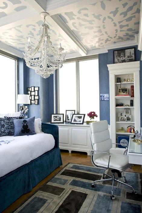 schlafzimmer blau- blaue wände-weiße kommode und schrank- weißer lederstuhl-teppich in blau und braun