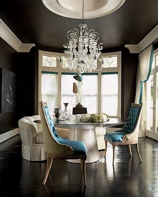 Farbgestaltung Wände- rundtisch weiß- moderne posterstühle in weiß und blau