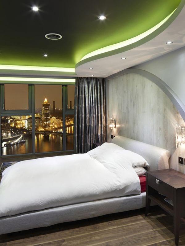 schlafzimmer mit betonwand und grübe decke mit indirekter beleuchtung- gardinen grau