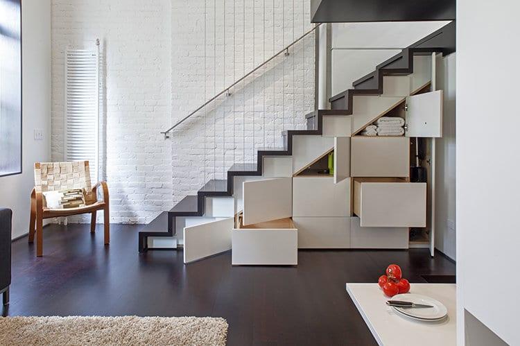 Umbau kleiner Loft Wohnung - weiße Treppe mit Holzstuffen- Wandregal unter Treppe-holzboden
