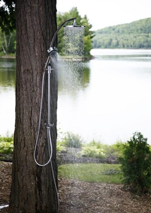 outdoor dusche am Baum instaliert