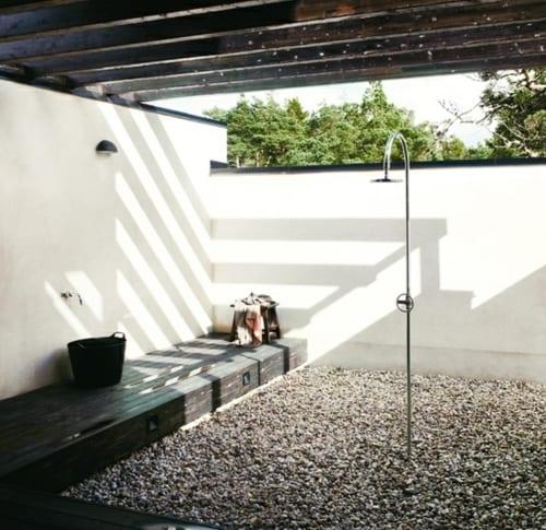 outdoor dusche mit überdachung und holzpodest gang