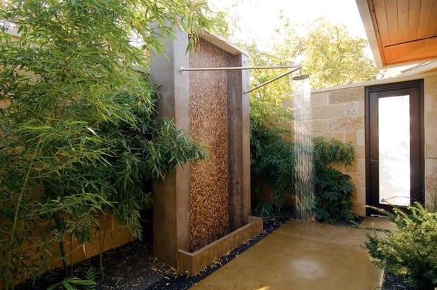 gartengestaltung mit wandwasserfall und outdoor dusche