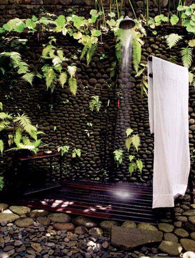 gartenwand aus flußsteinen mit outdoor dusche
