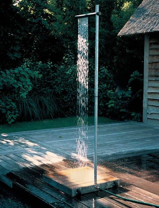 garten mit Holzterrasse und freistehende dusche