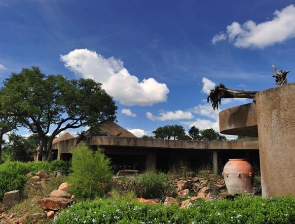 luxus haus mit flachdach- beton in der landschaft
