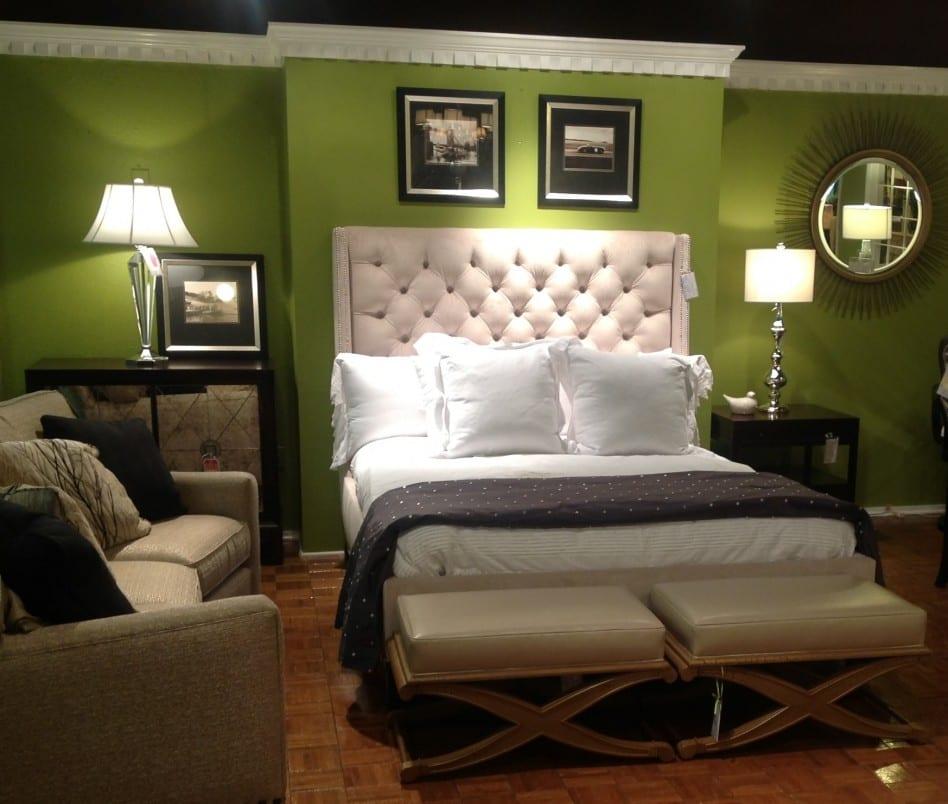 schlafzimmer gestalten mit grüner wand und weißem bett mit Kopfbrett- moderne hocker