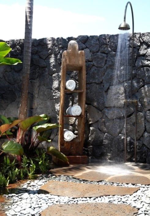 gartenmauer aus natursteinen und outdoor dusche
