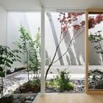 modernes haus mit steingarten und bepflanzung-haus mit hilzboden und innenstützen-eckverglasung