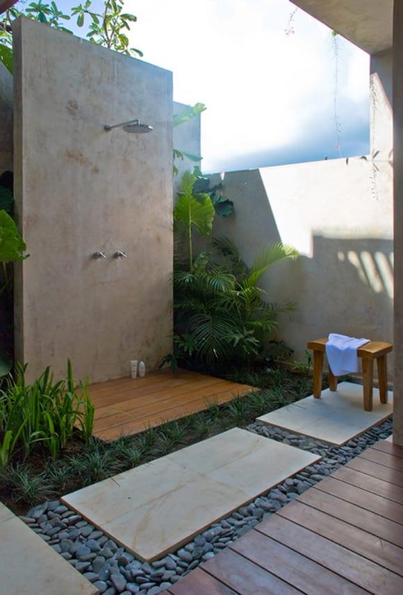 garten mit betonwand und holzgang und natursteinplatten