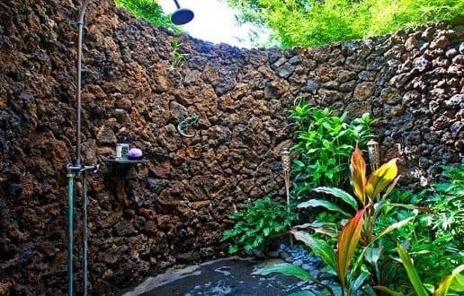 Gartengestaltung mit natursteinmauer und au endusche for Gartengestaltung natursteinmauer