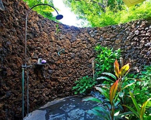 gartenbepflanzung und wasserbecken mit outdoor dusche