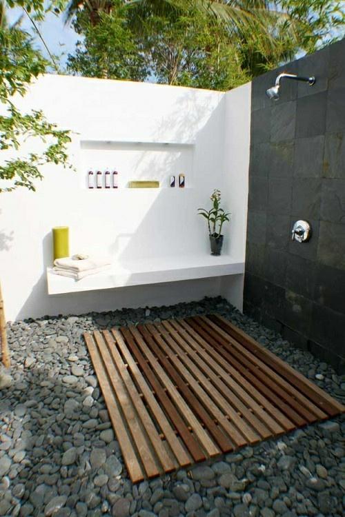 Außenbereich mit Dusche und Kiesboden- weiße gartenmauer aus beton mit eingebauter Sitzbank