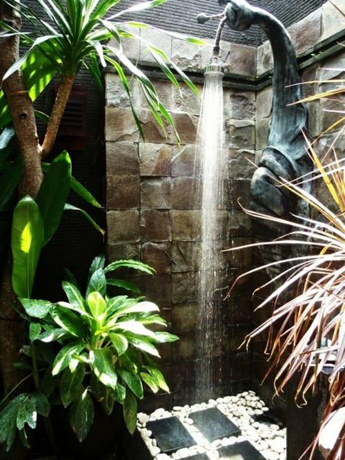 Außendusche in form einer Schnecke- Natursteinwand für Außenbereich