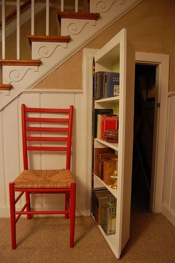 weiße Tür mit eingebautem Bücherregal- Holzstuhl in rot- weiße Treppe mit Holzstuffen