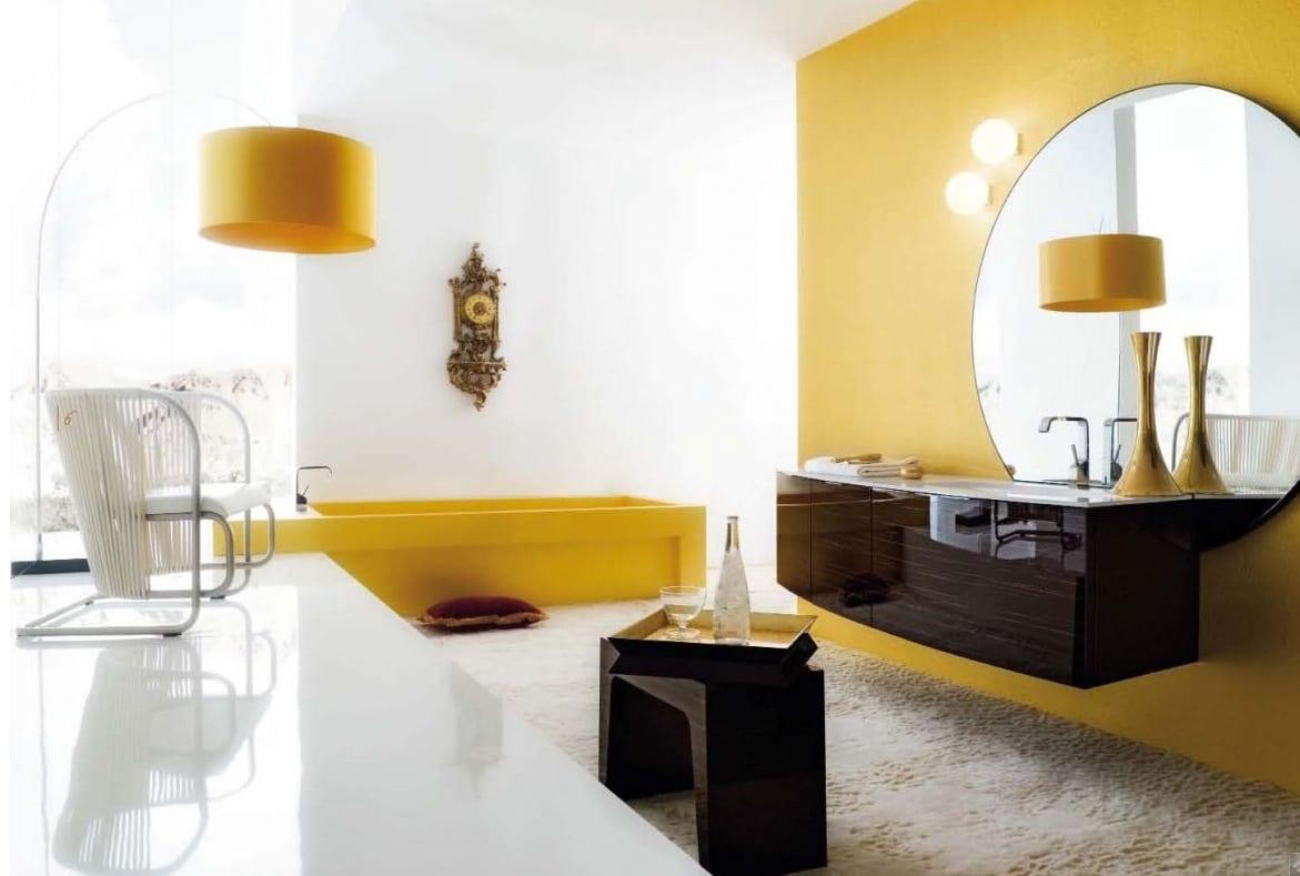 gelbe dtehleuchte- badezimmer rundspiegel- moderne badezimmermöbel- gelbe badewanne
