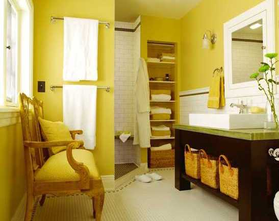 Badezimmer Einrichten mit Massivholz-waschtisch- gelber stuhl