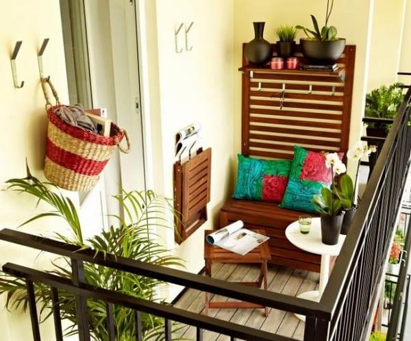 funktionale Einrichtung kleiner Terrasse- mit Holzmöbeln