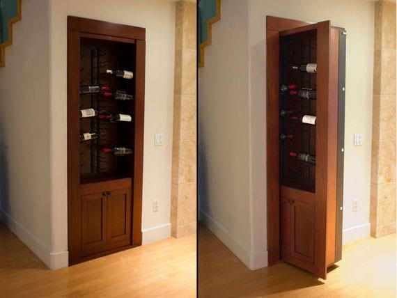 Lagerraum unter die Treppe hinter Holz-Weinregal versteckt