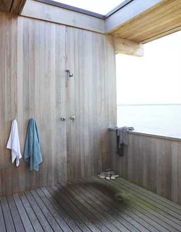 Terrassengestaltung mit Holzverkleidung und dachfenster