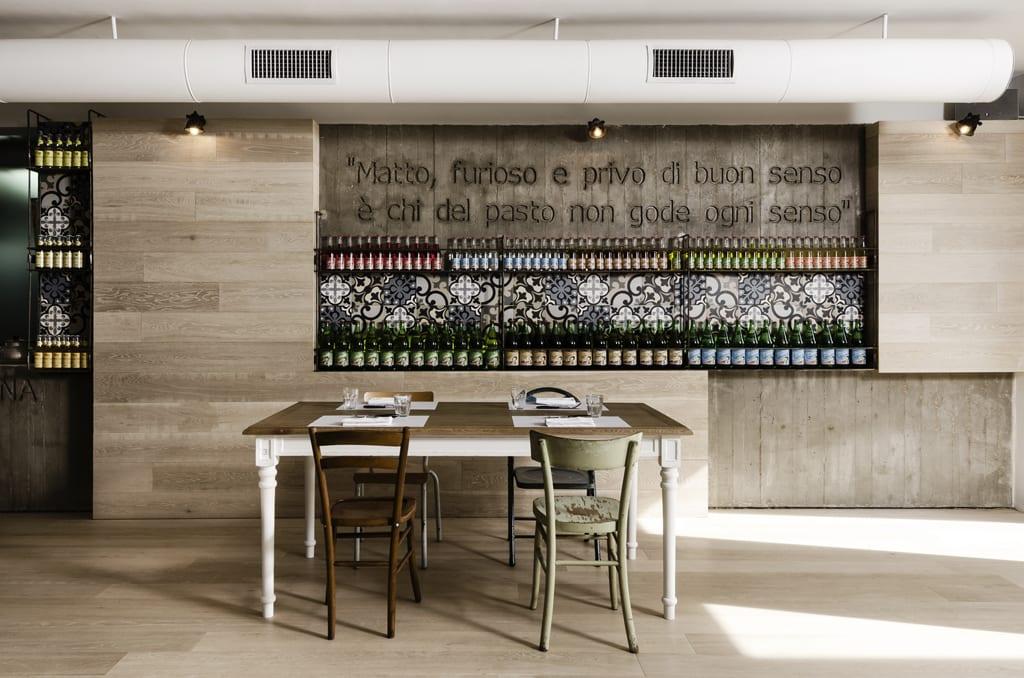 kreative wandgestaltung mit Holz und Beton- Wandregalsystem für Flaschen-Holztisch mit Holzstühlen