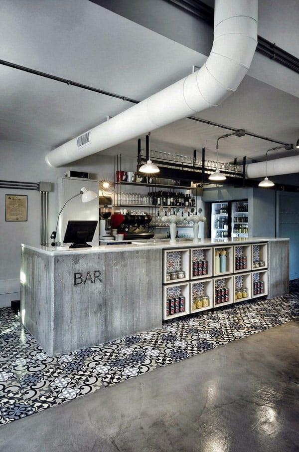 Mosaikfliesen boden- polierter sichtbetonboden- Bartheke aus Beton mit eingebauten weißen quadratischen Regalen