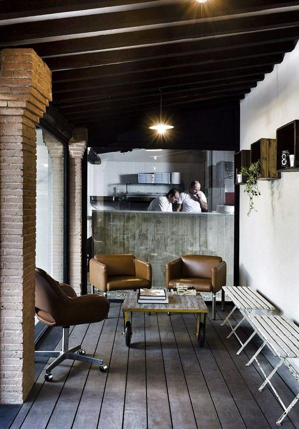 interior mit Holzbalkendecke und holzboden-stützen aus ziegeln- rollsessel aus leder braun-weiße Holzbänke- wand deko idee