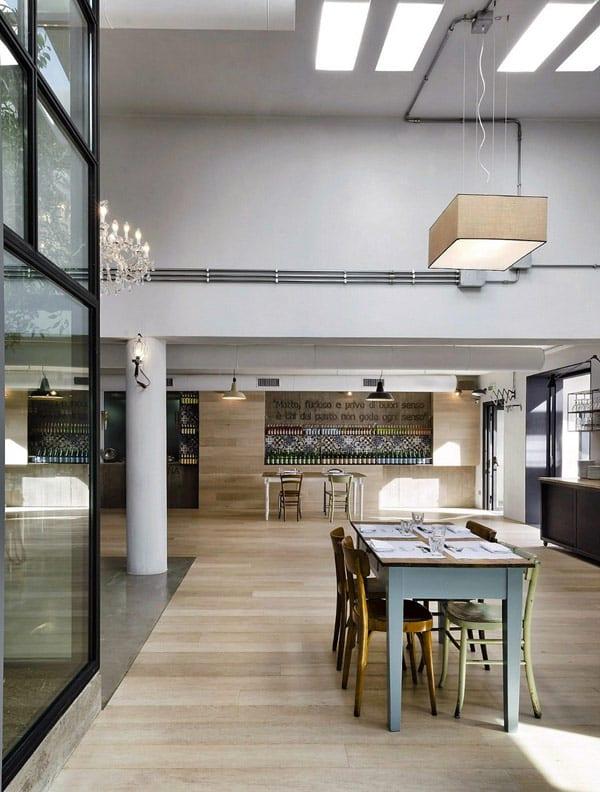 interior mit Holzbodenbelag und Holzwandverkleidung-pendelleuchten