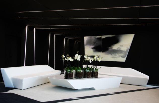 moderne innenarchitektur- minimalistische Einrichtung mit weißen Sitzmöbeln und Tisch aus Acrylglas