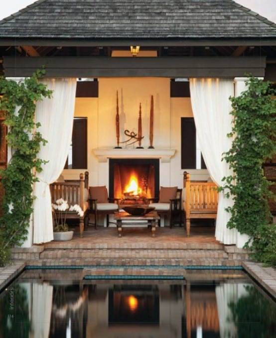 Haus mit pool- terrasse mit aussenkamin und rustikale Holzsofas