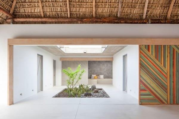 modernes haus interior design mit bodenplatten aus beton und weißen Wänden mit Holzrahmen-farbgestaltung wände-Strohdach