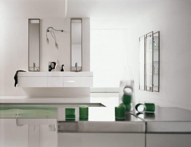 moderne Badezimmer Gestaltung in weiß mit weißem Waschtisch-Schrank- Badezimmer leuchte