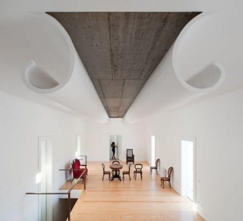 moderne Innenarchitektur- weiße decke mit sichtbeton kombiniert- holzboden mit holzmöbeln