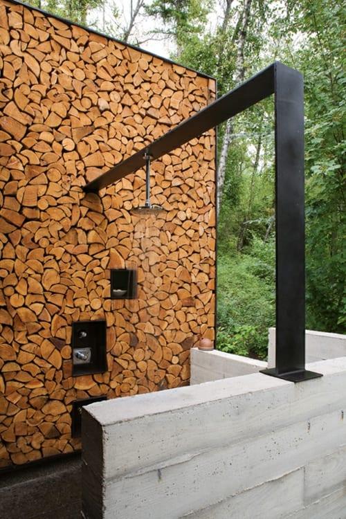 moderne Outdoor dusche mit Metallrahmen und Holzwand